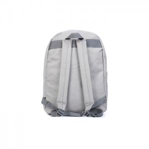mochila gris parte posterior